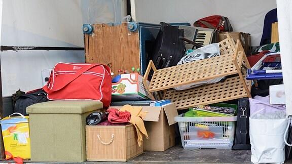 In einen Transporter eingeräumte Sachen bei einem Umzug liegen auf der Ladefläche.