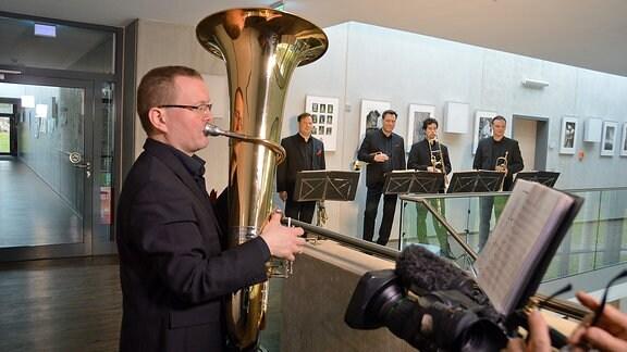 Auch in Bad Lausick spielt die Musik. Die 35 Musiker zählende Bläserphilharmonie und das Bläserquintett laden in das moderne Konzerthaus am Kurpark zu Konzerten ein.