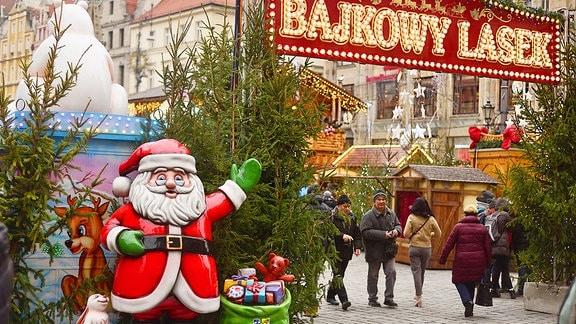 Am Eingang des Weihnachtsmarktes begrüßt eine Weihnachtsmannfigur die Besucher.