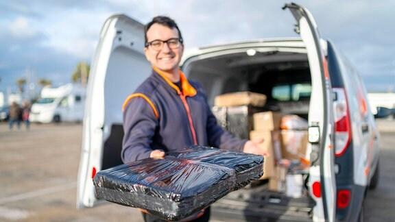 Zusteller beim Aushändigen eines Pakets