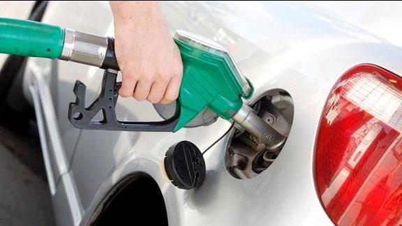Millionen Autofahrer sind verunsichert, ob E10 nicht doch Motorschäden verursacht.