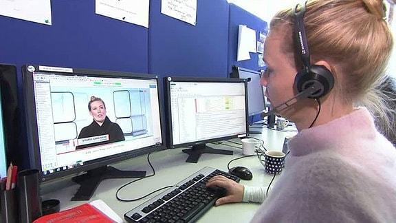 Eine Mitarbeiterin der Untertitelung im MDR