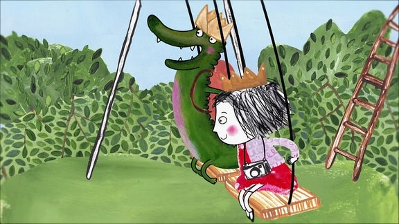 Rita und das Krokodil schaukeln mit Kronen auf dem Kopf