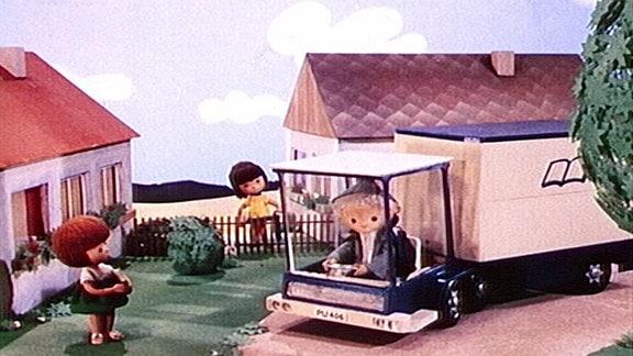 Sandmännchen kommt mit der Fahrbibliothek gefahren.