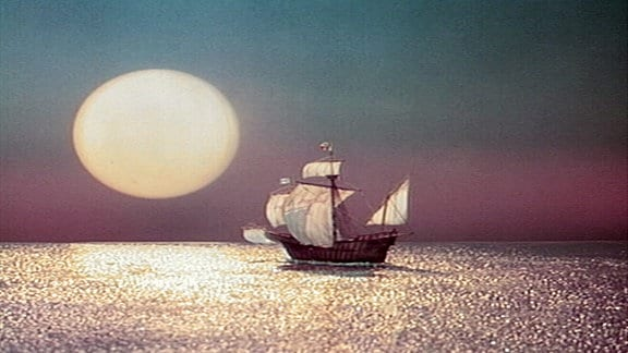 Mit einem Segelschiff fährt das Sandmännchen über den Ozean.
