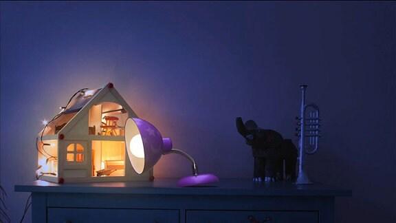 Die kleine Lampe neben einem Puppenhaus