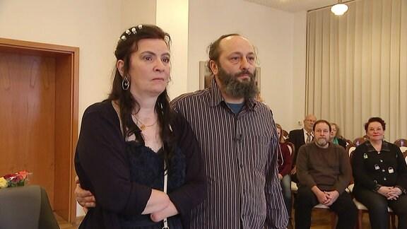 Ein Mann und eine Frau stehen nebeneinander