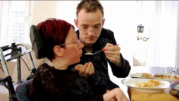 Thomas unterstützt Anke beim Essen