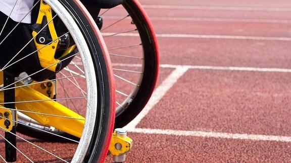 Die Räder eines Sportrollstuhls