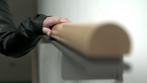 Hand auf Handlauf