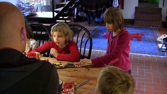Zwei Mädchen an einem Tisch