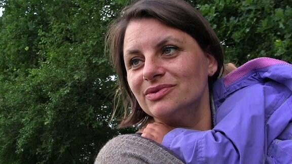 Eine Frau mit einem Kind auf dem Arm