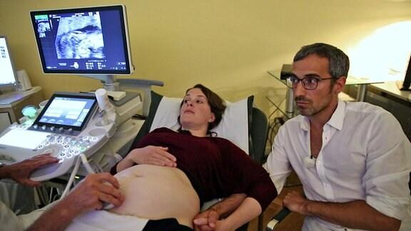 Eine schwangere Frau bei einer Ultraschalluntersuchung