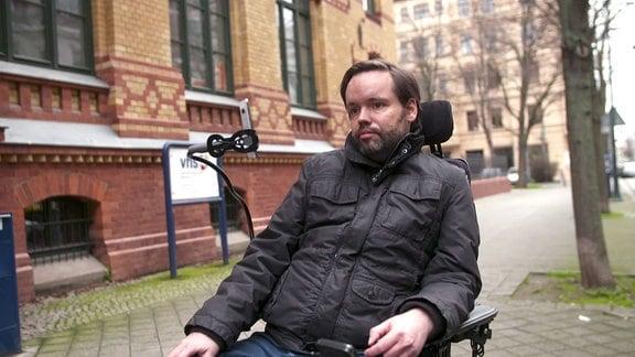 Ein junger Mann im Rollstuhl