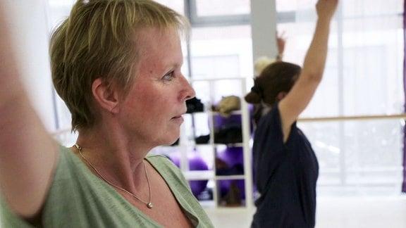 Frauen schauen während des Tanzens zur Trainerin.