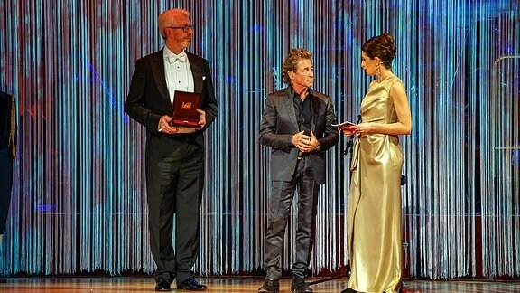 Peter Maffay bekommt auf dem SemperOpernball 2017 einen Orden überreicht