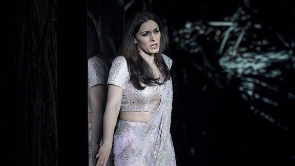 Saengerin Ruzan Mantashyan als Mahamaya, Koenigin eines anderen indischen Reiches, in der Berliner Komischen Oper Unter den Linden
