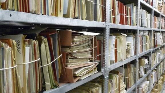 volles Aktenregal in der BStU