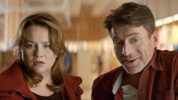 Der siebenfache Vater Kent (Johan Holmberg) lächelt erstaunt über etwas, Disa (Maria Sid) sieht entsetzt in dieselbe Richtung.