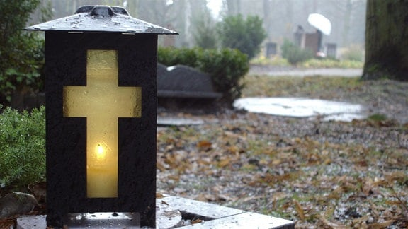 Grab mit Grablicht.