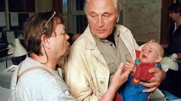 Gutschmidt (Ernst Georg Schwill), Kommissar Beck (Günter Naumann).