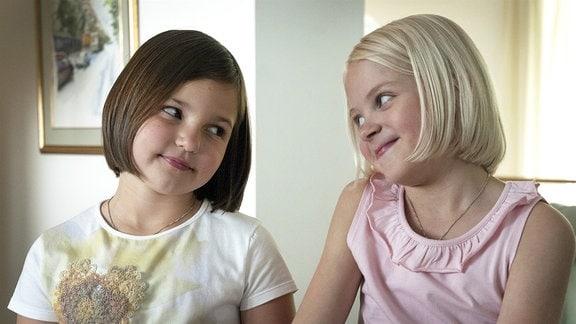 Onneli und Anneli sind beste Freundinnen – und genervt von ihren Familien. Als sie einen Umschlag voll Geld auf der Straße finden, können sie erst gar nichts damit anfangen. Doch dann verkauft ihnen die schräge Frau Mrs. Rosenbaum ein Haus. Ein Traumhaus! Endlich haben die beiden Mädchen einen Platz nur für sich alleine, der nur auf sie gewartet zu haben scheint. Kuvassa Aava Merikanto (Onneli) ja Lilja Lehto (Anneli)