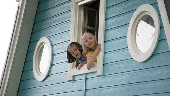 Kuvassa Aava Merikanto (Onneli) ja Lilja Lehto (Anneli) Die Mädchen entdecken ihr neues zuhause