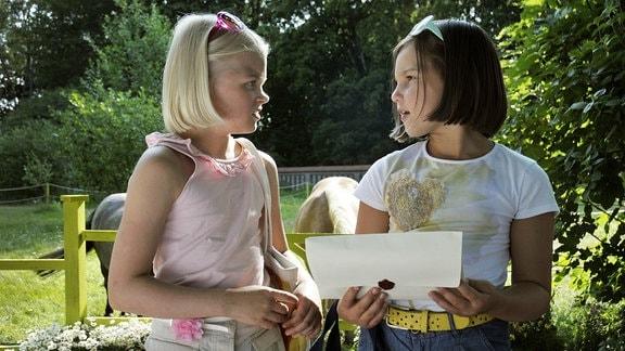 Onneli und Anneli sind beste Freundinnen – und genervt von ihren Familien. Als sie einen Umschlag voll Geld auf der Straße finden, können sie erst gar nichts damit anfangen. Doch dann verkauft ihnen die schräge Frau Mrs. Rosenbaum ein Haus. Ein Traumhaus! Endlich haben die beiden Mädchen einen Platz nur für sich alleine, der nur auf sie gewartet zu haben scheint. Kuvassa Lilja Lehto (Anneli) ja Aava Merikanto (Onneli) Die Mädchen haben Ferien und finden in der Rosenstarße einen Umschlag mit Geld