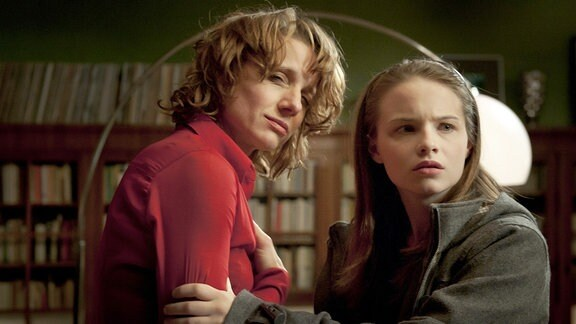 Elise (Jasna Fritzi Bauer, re.) will die betrunkene Betty (Christina Große) bei Ludwig abholen.