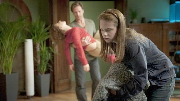 Ludwig (Hendrik Duryn) lässt nicht zu, dass Elise (Jasna Fritzi Bauer) ihre betrunkene Mutter (Christina Große) nach Hause bringen muss.