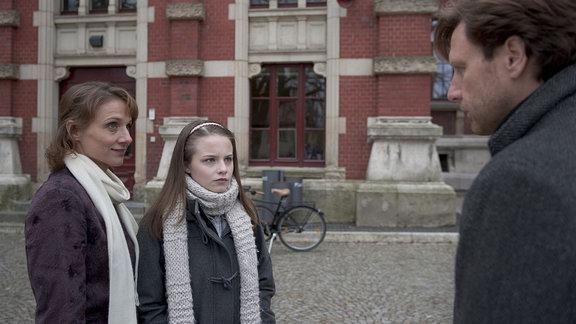 Betty (Christina Große) lädt Ludwig (Hendrik Duryn) zum Weihnachtsessen ein. Elise (Jasna Fritzi Bauer) steht neben ihr.