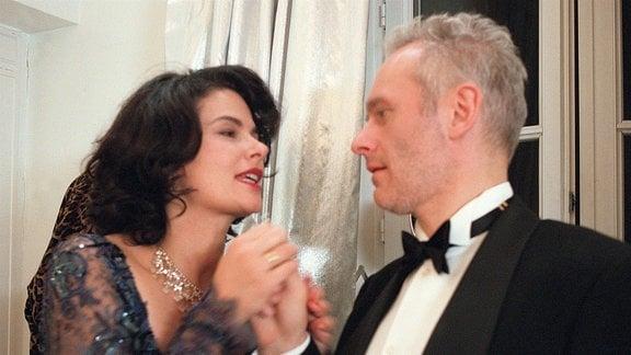 Claudia Breutigam (Barbara Auer) hält die Hand von Losfeld (Herbert Fritsch).