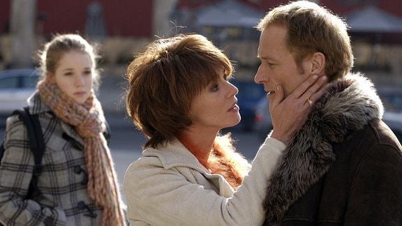 Lockvogel Barbara (Maruschka Detmers) hat sich hoffnungslos in den Heiratsschwindler Sebastian (Markus Knüfken), der auch der Vater der jungen Julia (Josefina Vilsmaier, hinten) ist, verliebt.
