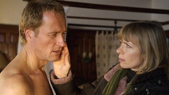 Mit einer schallenden Ohrfeige revanchiert Silke (Anna Stieblich) sich bei dem Schwindler und Herzensbrecher Sebastian (Markus Knüfken).