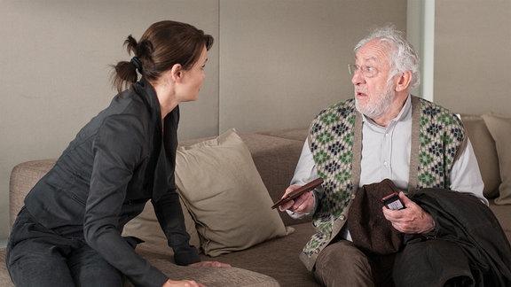 Edek (Dieter Hallervorden) sitzt verwirrt auf dem Sofa, gegenüber von seiner Tochter Ruth. Diese lehnt sich in seine Richtung.