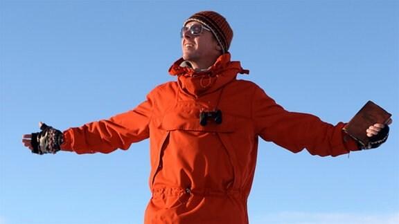 Hector (Simon Pegg) auf dem Gipel zwischen verschneiten Bergen.