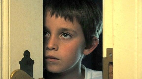 Immer häufiger muss Eddie (Elias Eckmann) miterleben, wie sich seine Eltern streiten.