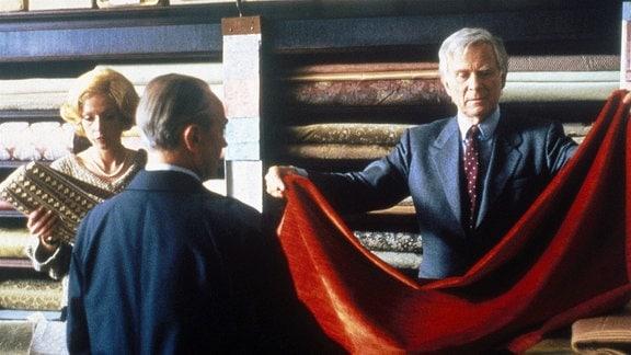 Paul Winkelmann (Loriot, re.), der zerstreute Chef eines Möbel- und Dekorationsgeschäfts, bemüht sich, seine Kunden zufrieden zu stellen.