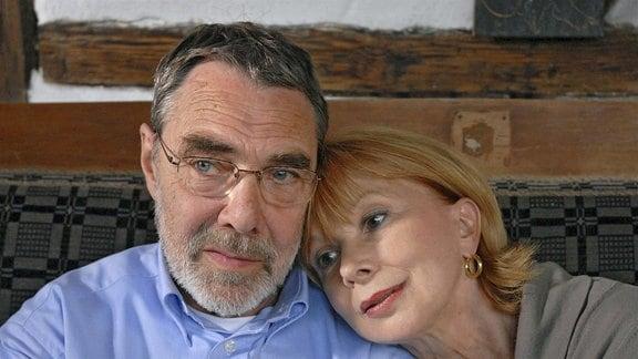 Charlotte (Ursela Monn, r.) und Georg (Gunter Schoß, l.) genießen ihre häusliche Zweisamkeit.