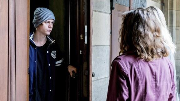 Dominik (li, Tom Gramenz) wird von den Ermittlerinnen Karin Gorniak (mi, Karin Hanczewski) und Heni Sieland (re, Alwara Höfels) an der Tür befragt.