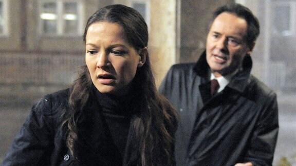 Hans (Uwe Kockisch, r.) gesteht Julia (Hannah Herzsprung, l.) seine Affäre mit ihrer Mutter Dunja.