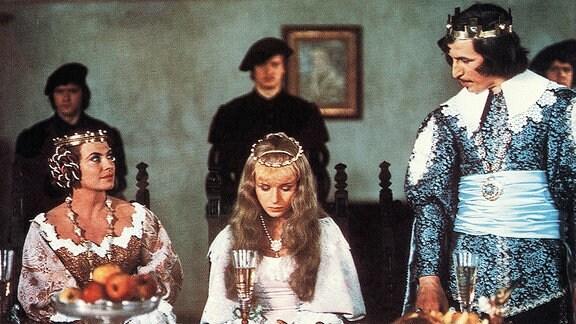 Die Königin (Milena Dvorská, links) möchte, dass Dornröschen (Marie Horáková) und Prinz Georg (Jan Kraus, rechts) heiraten. Dornröschen liebt aber Jemand anderen.