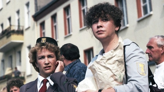 """Cornelia Lippert (Meisterin Heidemarie """"Heidi"""" Lehmann) (li), Ute Lubosch (JohannaRothermund) (re)"""