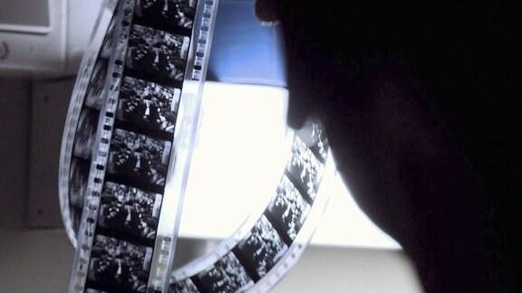 """Ein Jahrzehnt nach Kriegsende fanden sich einzelne Filmkopien ohne Tonspur, ohne Titel und Abspann, lakonisch beschriftet mit dem Wort """"Ghetto"""". Es ist die Rohfassung des einzigen nationalsozialistischen Films aus dem größten von den Deutschen errichteten Ghetto - dem Ghetto von Warschau."""
