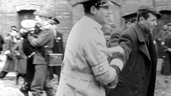Erst 45 Jahre nach Entdeckung des unfertigen Propagandafilms wurde durch Zufall eine weitere Filmrolle gefunden - mit Teilen des herausgeschnittenen Rohmaterials