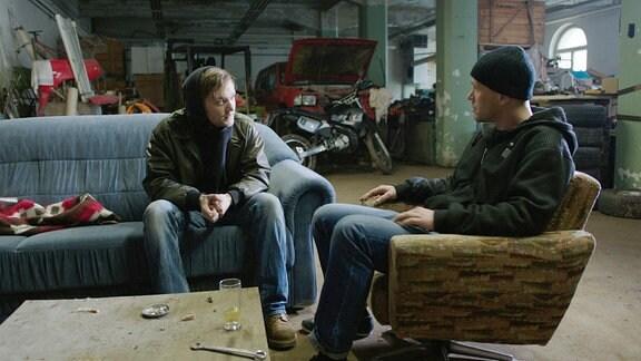 Tommy (Vincent Redetzki, li.) mit Dealer Rico (André Dyllong)