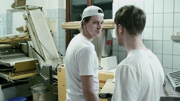 Matze (Thomas Brandt, li.) bringt Tommy (Vincent Redetzki) auf eine folgenschwere Idee.