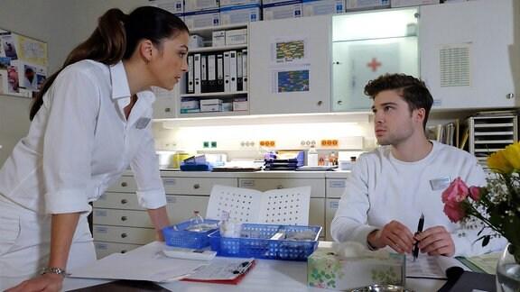 Als Kris Haas (Jascha Rust) am Tag seiner Prüfung plötzlich im Schwesterzimmer sitzt und Oberschwester Arzu sagt, dass er in diesem Jahr nicht an der Prüfung teilnehmen wird, macht sie ihm eine Ansage: Sie braucht ihn als vollwertigen Pfleger.