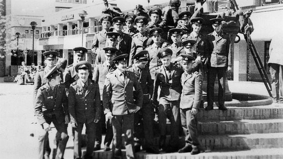 Einer der seltenen Ausflüge ins zivile Magdeburg. Sowjetsoldaten in der Leiterstraße.