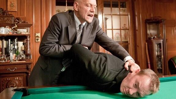Bohse (Thomas Arnold) sucht Hilfe bei seinem Komplizen René Heinze (Torsten Michaelis). Der schmeißt ihn nach einem Streit raus.